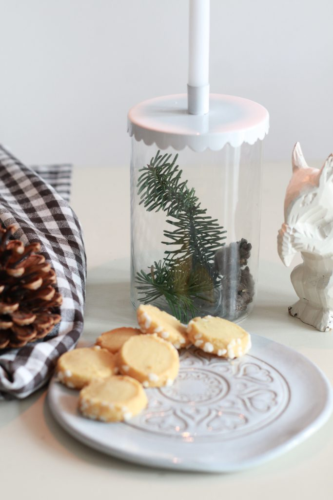 heidesandplaetzchen-mit-keramikteller-und-weihnachtsdeko