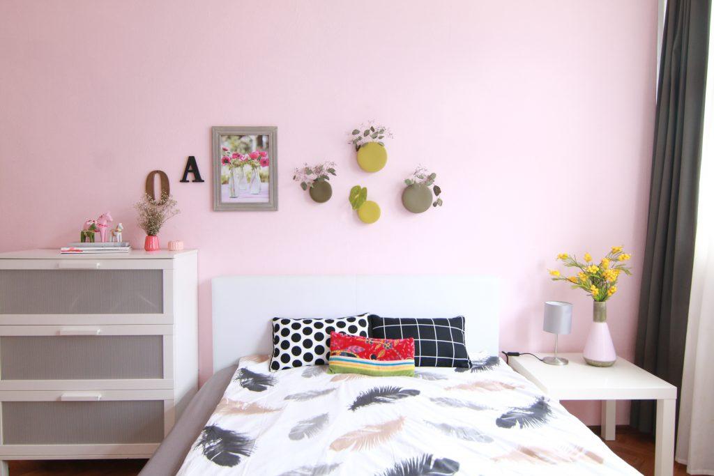 schlafzimmer-in-rose-quartz-und-wandvasen