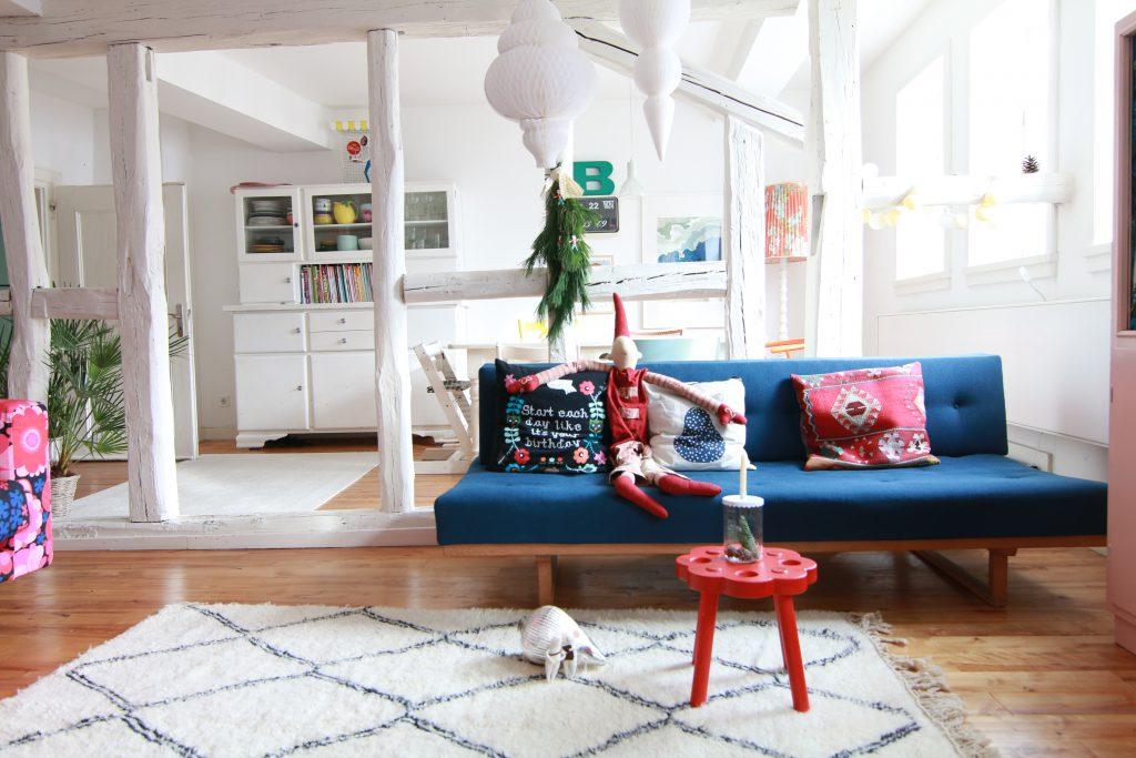 wohnzimmer-mit-vintagemoebeln-und-wollteppich