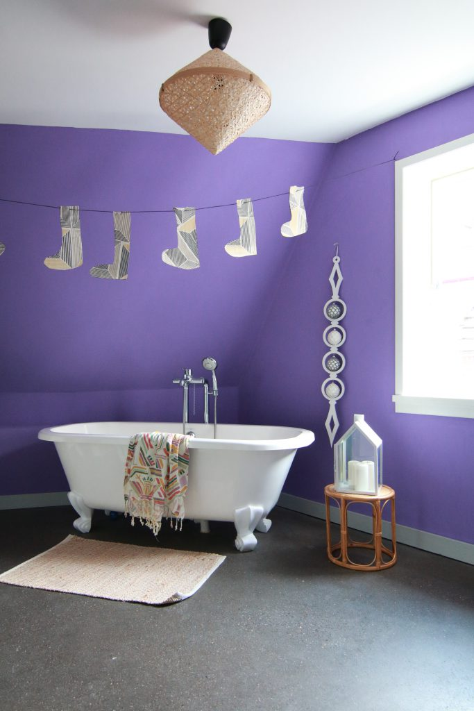 badezimmer-mit-betonboden-und-freistehender-wanne